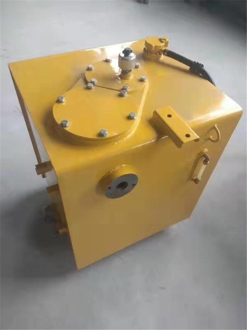 PC360-7小松挖掘机液压油箱